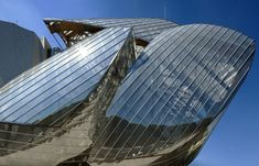 The opening of the Fondation Louis Vuitton is a major event in Paris. 12,000 m² devoted to art, showcased in a spectacular glass building, designed by architect Franck Gehry.