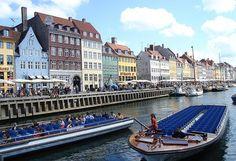 Copenhague, Dinamarca En el corazón de Europa, Dinamarca y sobre todo su capital, Copenhague, destacan por el dinero que día a día han de gastar sus ciudadanos. La gasolina más allá de los 1,9 dólares es un ejemplo. Tomar un café cuesta más de 6 dólares y comprar el periódico, 4,22. El fast food supera los 10 dólares. Y alquilar una vivienda de lujo de dos habitaciones más de 2.750 dólares.