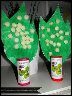 - Un des loulous est en vacance vendredi soir du coup aujourd'hui réalisation de notre brin de Muguet pour le 1 er mai , peinture verte sur le coloriage du muguet (photo 1), collage de playmais blanc (photo 2) , peinture de couleur pour le pot en rouleau...