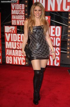 Shakira in leather dress and thigh high boots Shakira Mebarak, Curls For Long Hair, Dating Girls, Pretty Asian, Fetish Fashion, Only Fashion, Skin Tight, Fashion Stylist, Sexy Legs