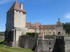 Château d'Époisses (XIIIè s. puis nombreux remaniements), tour de Bourdillon (c. 900, restaurée en 1562), fortifications, façade, Côte-d'Or, Bourgogne