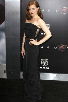Amy Adams con vestido columna palabra de honor negro, con detalle transparente en la espalda y abullonado en el bajo, de Nina Ricci Otoño 2013.