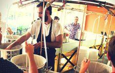 """Focus sur BeerFabrique, fabrication de bière artisanale à Paris par deux ESSEC: Manuel Delaune et Martin Pellet (E11). La Beer Fabrique qui a ouvert mi-septembre propose un concept inédit. En plus de pouvoir y boire une bière locale ou de brasser la sienne après une formation, ce nouvel estaminet vend aussi des kits pour brasser à la maison. """"C'est une tendance qui démarre en France, mais aux États-Unis, c'est un véritable marché avec environ un million de personnes qui produisent chez eux…"""