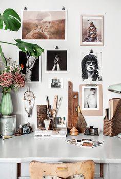 The beautiful workspace of Anna Malmberg. Un espace de travail pour trouver l'inspiration et se plonger dans ses souvenirs. Chez @bonjourbibiche, on aime l'ambiance folk, les objets chinés et le mur de cadres et de photos <3