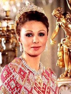 EMPRESS FARAH OF IRAN WEARING HER DIAMOND TIARA, NECKLACE AND EARRINGS