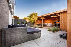 Luxe lounge tuin met riant buitenverblijf sfeervol ingericht in Spijkenisse. Bekijk de foto's en geniet! Lees meer over Hoveniersbedrijf Tim Kok als Hovenier in Spijkenisse op onze pagina over hovenier spijkenisse.