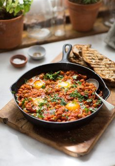 Chickpea and Chorizo Shakshuka. Chickpea and chorizo shakshuka Egg Recipes, Pork Recipes, Brunch Recipes, Breakfast Recipes, Cooking Recipes, Healthy Recipes, Healthy Meals, Dinner Recipes, Chorizo