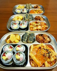 Imagen de food, pickle, and fried chicken I Want Food, Cute Food, Yummy Food, Korean Street Food, Korean Food, Food Platters, Aesthetic Food, Food Cravings, Food Presentation
