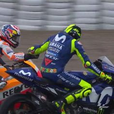 MotoGP 🇪🇸 2018 :: This is how congratulated Legend right after the Spaniard finished the last GP race of his career at the 2018 🏁 Valentino Rossi Logo, Motogp Valentino Rossi, Marc Marquez, Umbrella Girl Motogp, Bike Bmw, Yamaha Motorcycles, Vr46, Grid Girls, Lamborghini Gallardo