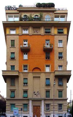 Palazzo risalente al 1932 in Largo Trionfale, al Trionfale, Roma.