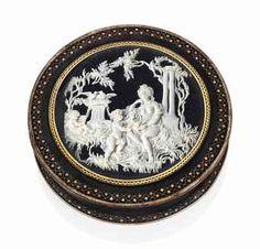 AN ITALIAN GOLD-MOUNTED TORTOISESHELL AND GOLD PIQUÉ SNUFF-BOX PROBABLY NAPLES, CIRCA 1780
