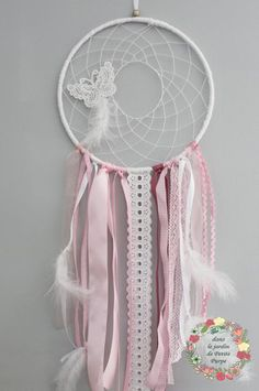 Attrape reves naissance nursery - Capteur de rêves - Dreamcatcher Style boho chic, tons rose blanc broderie anglaise plumes dentelle papillon Déco mariage, salon, chambre.