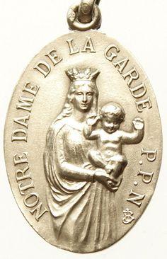 Notre Dame de La Garde onze lieve vrouw van de Guard Vintage religieuze hanger aan 18 sterling zilver-rolo ketting, beschikt over een sterke kreeft-klauw gesp. Heilige Maria & Jezus kind op de voorkant met de basiliek van onze-lieve-vrouw van de garde. Maatregelen 1 in hoogte en 0.63 breed. Van Europa. Verzilverd.