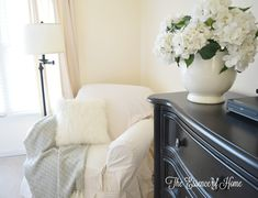 By decorating the front doorway area you are able to lend a fine touch to your house, and make your visitors feel especially welcomed. Some varieties . Winter Bedroom Decor, Guest Room Decor, Cozy Bedroom, Christmas Interiors, Christmas Bedroom, Farmhouse Bedroom Decor, Farmhouse Christmas Decor, Lodge Style, Kitchen Themes
