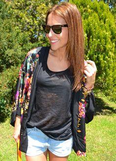 Paula Echevarría combina un kimono de H con shorts vaqueros. ¿Te gusta? Mira los detalles de su look en su blog http://paula-echevarria.blogs.elle.es/2012/05/31/kimono/