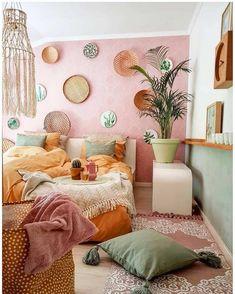 A imagem pode conter: quarto e área interna Bohemian Bedrooms, Boho Room, Bohemian Interior, Tropical Bedrooms, Boho Chic Bedroom, Luxury Bedrooms, Interior Livingroom, Scandinavian Interior, Contemporary Interior