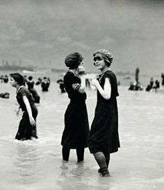 """Bathing Beauties circa It's crazy to me that this was what women got to relax and soak up the sun in! And now women wear dental floss! Vintage Pictures, Old Pictures, Vintage Images, Old Photos, Vintage Photos Women, Vintage Beach Photos, Mode Vintage, Vintage Ladies, Vintage Outfits"