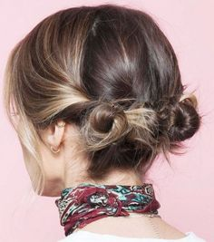Hair buns is one of the latest trends for ladies. Especially women with short hair, may not know how to make a bun. We have gathered here a short hair bun style Short Hair Bun, Short Hair Styles Easy, Curly Hair Styles, Hairstyle Short, Hairstyle Ideas, Bun Styles, Ideas For Short Hair, Summer Short Hair, Short Bob Updo
