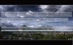 Vue de Grenoble, de sa banlieue et de la vue vers la Chartreuse. A flanc de montagne on voit la Bastille, fort dominant la ville (au centre), encadré par le Néron (sommet de gauche) et le Mont St Eynard (sommet de droite).