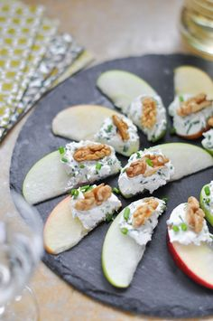 Pomme, fromage frais aux herbes et noix - My list of the most healthy food recipes Fingers Food, Comidas Light, Thanksgiving Snacks, Thanksgiving Sides, Snacks Für Party, Food Platters, Appetisers, Healthy Treats, Healthy Salads