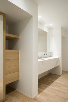 Wood and Calacatta marble bathroom by iXtra.