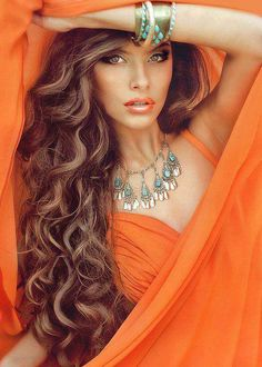 Beautiful colors and a lovely lady. Orange Mode, Beautiful People, Beautiful Women, Beautiful Eyes, Orange Fashion, Orange Color, Ideias Fashion, Sexy Women, Hair Beauty