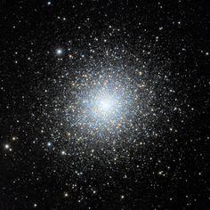 Cúmulo M2 (Messier 2, NGC 7089), se encuentra en la constelación de Acuario. Fue descubierto por Jean-Dominique Maraldi en 1746. Contiene unas 150.000 estrellas, además de ser uno de los cúmulos más compactos y ricos conocidos.