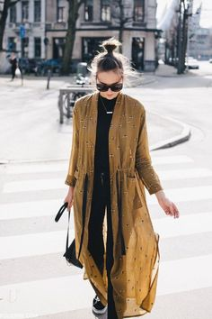 Street style simple / black skinnies w mustard kimono style duster coat / easy chic boho vibes Mode Outfits, Fashion Outfits, Womens Fashion, Fashion Tips, Fashion Trends, Fashion Hacks, Kimono Fashion, Fall Outfits, Fashion Ideas
