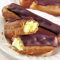 Ecler pufos cu vanilie | Retete culinare - Romanesti si din Bucataria internationala Romanian Desserts, Romanian Food, Profiteroles, Eclairs, Delicious Deserts, Sweet Pastries, Supper Recipes, Sweet Cakes, Something Sweet