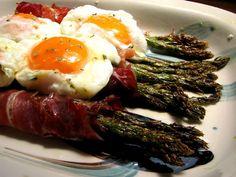 Espárragos trigueros con jamón y huevo escalfado | El Comidista EL PAÍS