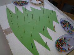 fijne motoriek: kerstboom versieren met strijkparels op tandenstokertje.