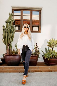 lisa allen of salty lashes wearing a white free people tunic with black levi's, free people platforms and wild fox sunglasses Fashion 101, Fashion Wear, Teen Fashion, Style Fashion, Spring Summer Fashion, Summer Ootd, Summer Time, Summer Outfits, Lisa Allen