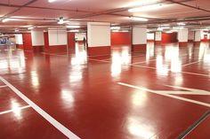 Rivestimento in resina epossidica di colore rosso per il pavimento di un garage sotterraneo.