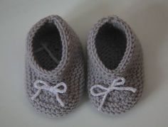 Explanations to easily make small baby booties at the trico . Kid Shoes, Baby Shoes, Tricot Baby, Sewing Online, Knitted Slippers, Small Baby, Crochet Baby Booties, Diy For Kids, Baby Knitting