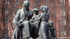 Topelius ja lapset -patsas Helsingin Koulupuistikossa, Ville Vallgren 1909. || Ville Vallgren (December 15, 1855 – October 13, 1940) was a Finnish sculptor. -  http://fi.wikipedia.org/wiki/Ville_Vallgren  ||  Kansakunnaksi kansakuntien joukkoon - Oppiminen | yle.fi