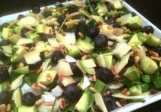 Ny og spændende opskrift på avokadosalat med spinat, citronmarineret fennikel, edamame bønner, blåbær, pinjekerner, honningristede rugkerner og parmesan.