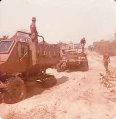 Both Buffels 4 wheeldrives broke down Troops, Soldiers, Brothers In Arms, Defence Force, My Heritage, Military Vehicles, South Africa, Monster Trucks, Places To Visit