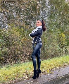 Do you like my sexy leggings Mark Shavick darling? Shiny Leggings, Faux Leather Leggings, Tight Leggings, Mode Latex, Latex Pants, Leder Outfits, Latex Girls, Latex Fashion, Sexy Heels