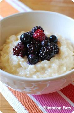 Slimming Eats Creamy Vanilla Rice Pudding - gluten free, Slimming World or Weight Watchers friendly Slimming World Deserts, Slimming World Diet, Slimming Eats, Slimming World Recipes, Slimming World Rice Pudding, Slimming World Puddings, Vanilla Rice, Creamy Rice Pudding, Rice Recipes For Dinner
