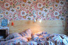 Sänggavel av plywood. DIY. Tapeten heter Eldsblomma (design Josef Frank) och kommer från Svenskt Tenn.