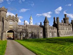 Tullynally Castle, home of the Pakenham family (Lord Longford) in Westmeath, Ireland  |||  Creativity and inspirations from Ireland Kreativ-Alltag im blauen Cottage in Irland