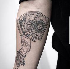 Black, line work tarot tattoo I love the henna design on the tattoo of the hand . - Tattoos & Piercings - Black, line work tarot tattoo I love the henna design on the tattoo of the hand . Tattoo Pink, Ink Tattoo, Tattoo Henna, Piercing Tattoo, Armband Tattoo, Ear Piercings, Tattoo Moon, Tattoo Linework, Hand Tattoos