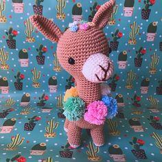"Amigurumi d'amour 🧸 no Instagram: ""Oi, pexual! ✨. . Vos apresento Margareth Swanilda de la Tour de Auvérnia, lady de Aubière. A lhama mais bonita e sensata de sua província.…"" Lady, Dinosaur Stuffed Animal, Toys, Animals, Instagram, Amigurumi, Love, Activity Toys, Animales"