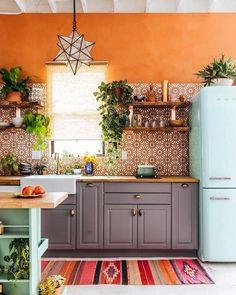 Boho Kitchen Style Ideas - All For Decoration Kitchen Ikea, Boho Kitchen, New Kitchen, Kitchen Cabinets, Kitchen Plants, Awesome Kitchen, Kitchen Backsplash, Mint Kitchen, Brooklyn Kitchen