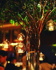 weddingreport9 ボールルーム ゲストテーブル装花 こちらもどーしてもやりたかった木とテラリウム つい最近仲良しのプレ花嫁さんたちに聞いて、初めてこのガラス玉がテラリウムって名前だって知りましたww 高砂を目立たせたかったので、ゲストテーブルの装花はすべてグリーン。2m30㎝くらいの木を角のテーブルに配置しました☺️ #会場装花 #wedding #weddingreport #テラリウム#ゲストテーブル#セカオワの世界みたいといわれたw#結婚式 #結婚式準備 #卒花#装花