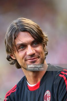 Paolo Maldini before the 2007 Super Cup between AC Milan and FC Sevilla in Monaco. Football Icon, Football Players, Milan Wallpaper, Paolo Maldini, Ac Milan, Haircuts For Men, Hair Cuts, Soccer, Drawing