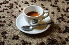 Jak vypadá dobře připravené espresso a jak poznat špatně připravenou kávu Barista, Espresso, Tableware, Espresso Coffee, Dinnerware, Dishes, Place Settings, Serveware