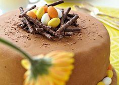 Påskekage i påskens ånd med orangesmørcreme pyntet med små påskeæg - velbekomme!
