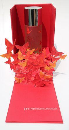 1613053 양지희: 전체적으로 빨간 단풍이 핀것처럼 보이지만 나비이고 sk의 상징을 잘 이용한것 같습니다. 브랜드의 패키지를 디자인할때 배울점이 많은것 같습니다. Smart Packaging, Gift Box Packaging, Luxury Packaging, Cosmetic Packaging, Brand Packaging, Pop Up, Diagram Design, Perfume Packaging, Up Book