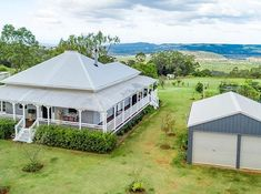 Something very special for your Sunday morning. Permission to scream 😂. A three quarter wrap around verandah and the stunning roof line is… Australian Country Houses, Australian Homes, Queenslander House, Colonial Cottage, Country Style Homes, Country Charm, Dream Properties, Facade House, House Exteriors